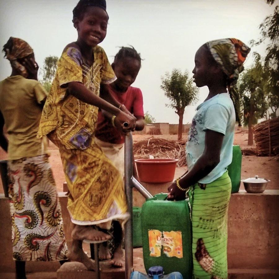girls pumping water in Mali
