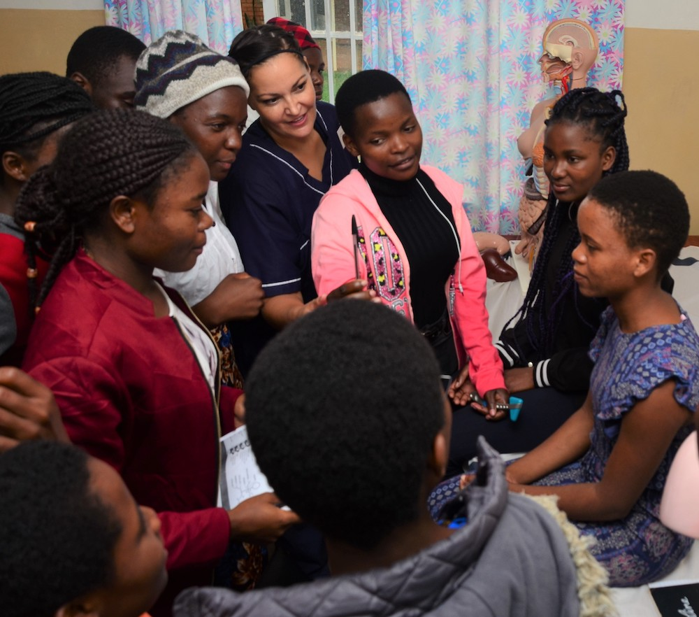 Students work with an advancing health professionals volunteer